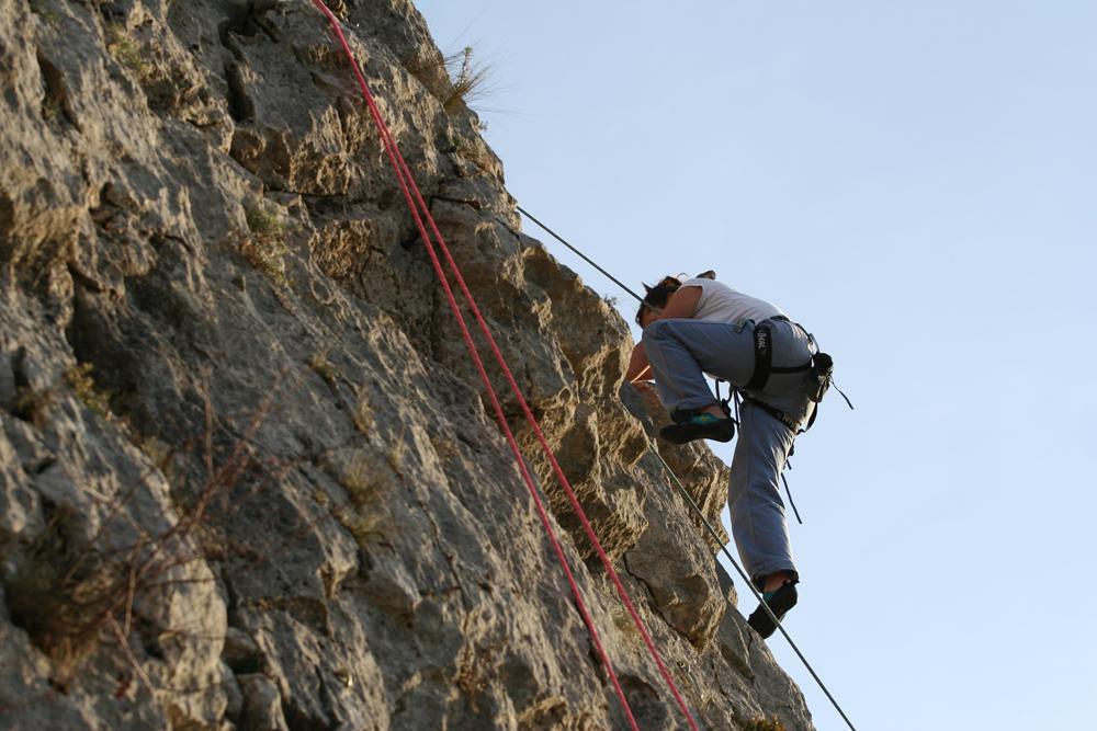 mujer escalando en alquezar