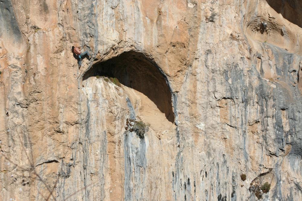 hombre escalando en alquezar
