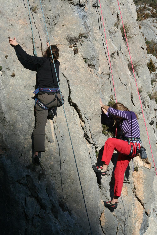 dos mujeres escalando en alquezar