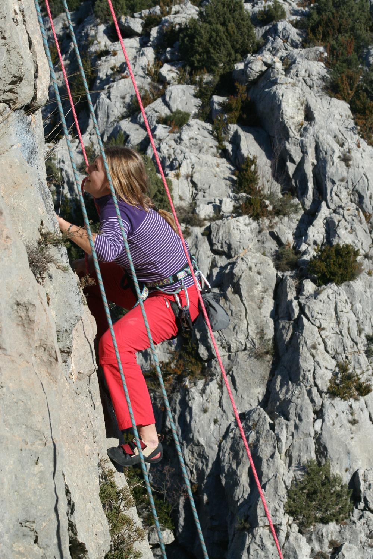 mujer escalando en alquezar en primavera