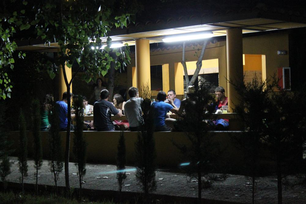 zona de barbacoas de noche con gente cenando