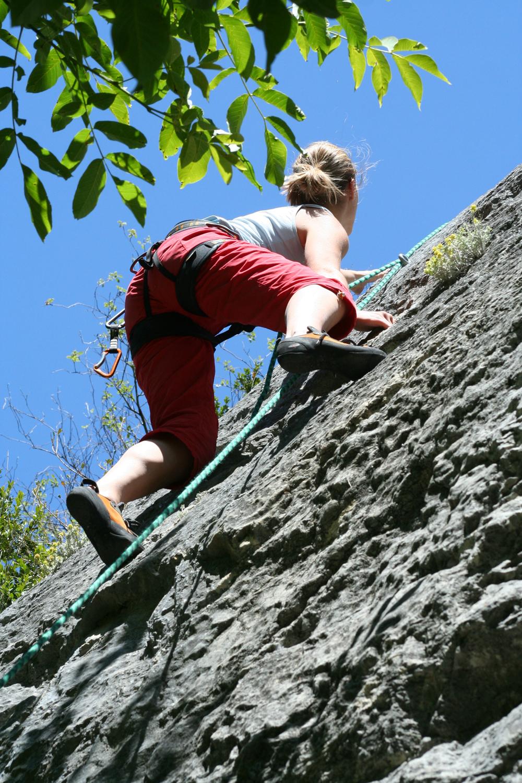 mujer escalando en verano