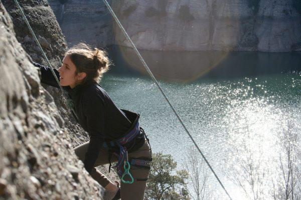 mujer escalando en vadiello