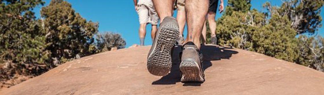 gente de excursión primer plano con pies andando