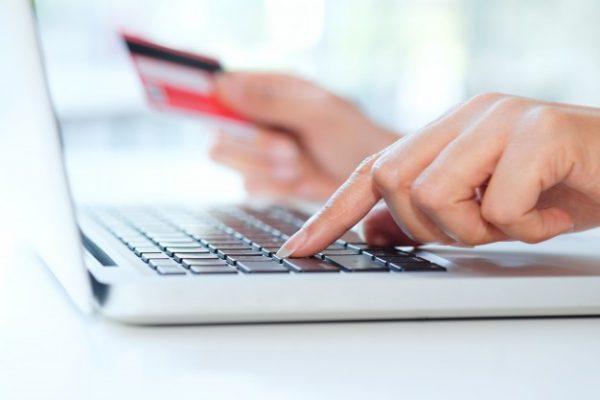 foto de mujer haciendo un pago por internet con su tarjeta