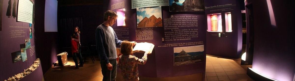 padre e hija visitando un museo de barbastro