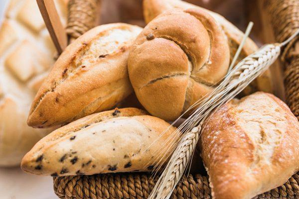 Varios panes en una cesta de mimbre
